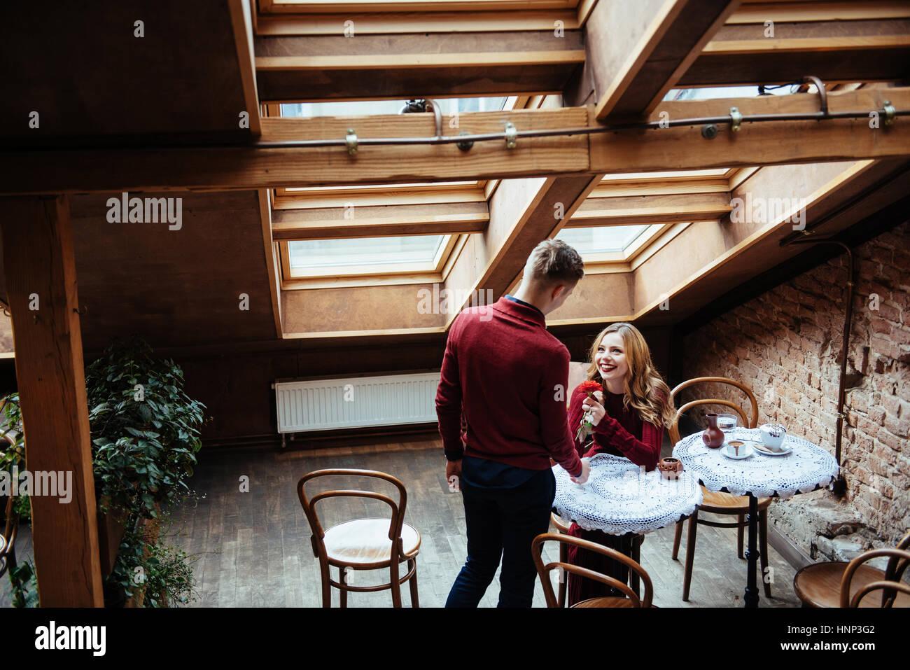 Schöner junger Mann und Frau feiern Valentinstag Stockbild