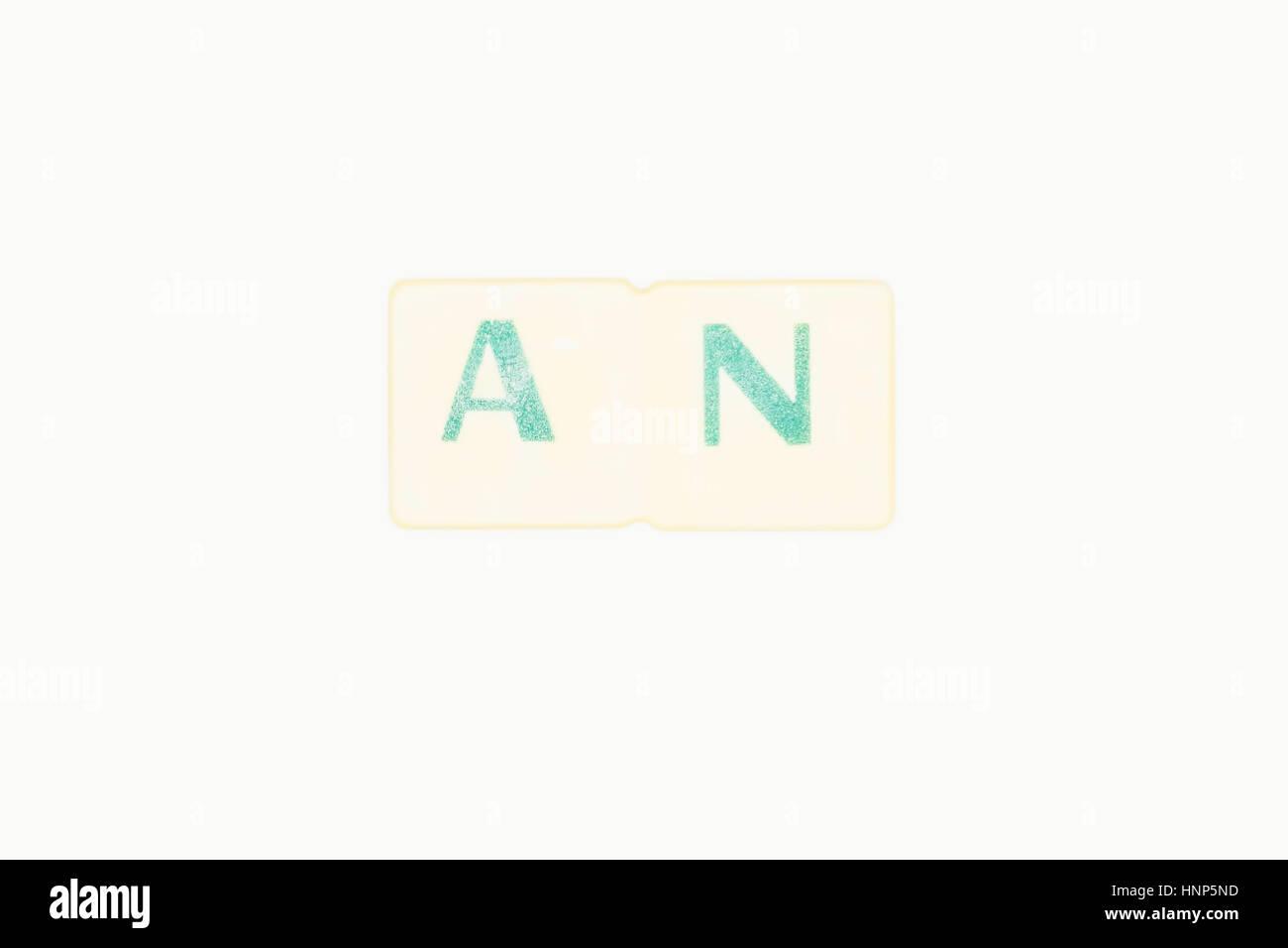 Foto von zwei grünen Buchstaben bilden das Wort ist eine englische unregelmäßige Artikel, Wort, geschrieben Stockbild