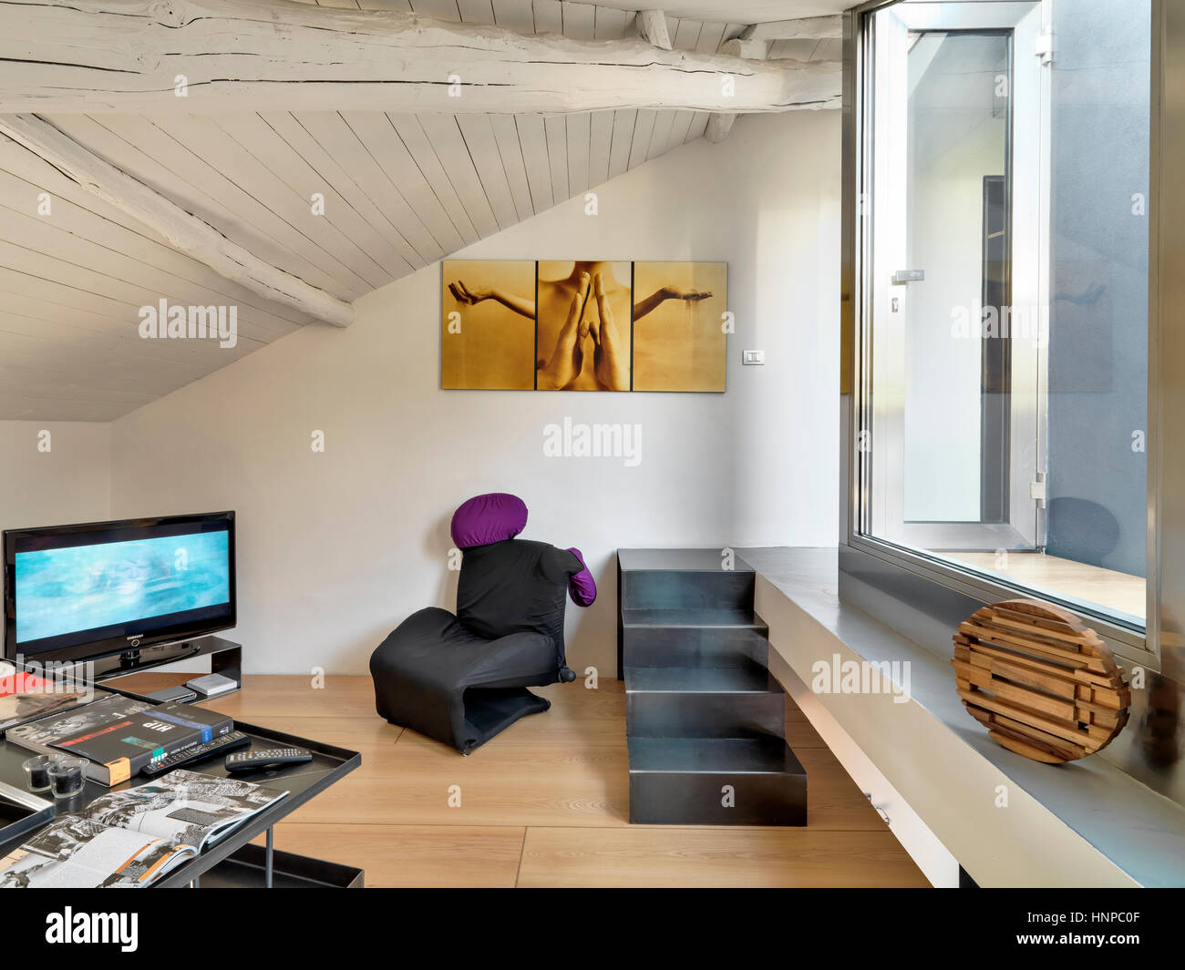 Innenansicht der moderne Wohnzimmer im Dachgeschoss mit Holzboden ...