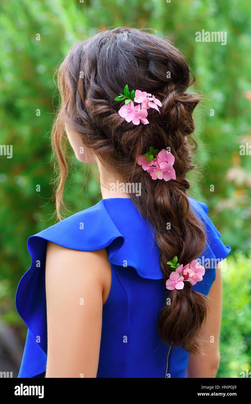 Elegante Frisur Mit Frischen Blumen In Einem Zopf Flechten Frau Mit