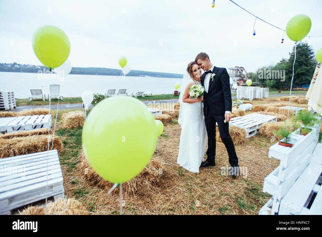 schöne junge Hochzeit paar küssen, blonde Braut mit flowe Stockbild
