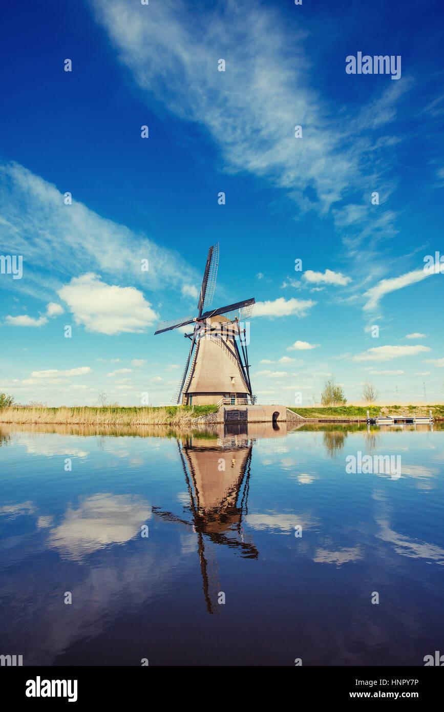 Traditionelle holländische Windmühlen aus dem Kanal Rotterdam. Holland Stockbild