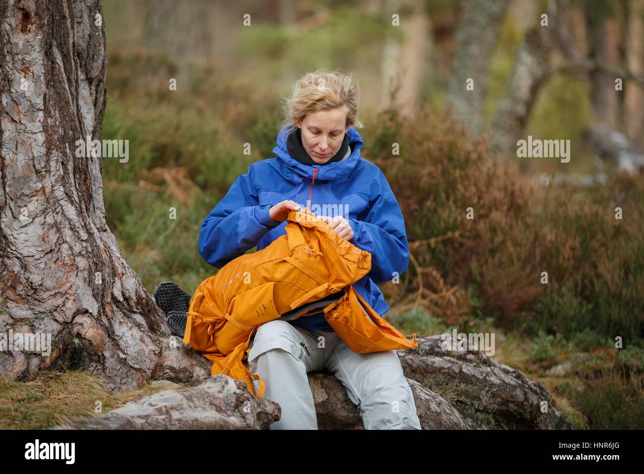 Frau in Schottland wandern Stockbild
