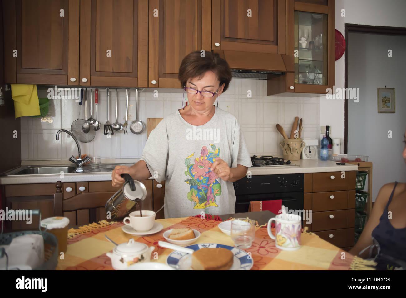 Frühstück italienisch Familie Frühstück italienische Familie In der ...