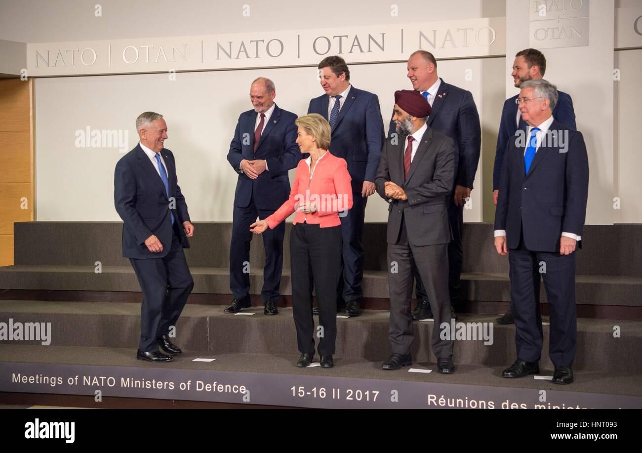 Brüssel, Belgien. 15. Februar 2017. US-Verteidigungsminister Jim Mattis tritt ein Gruppenfoto mit Amtskollegen, Stockbild
