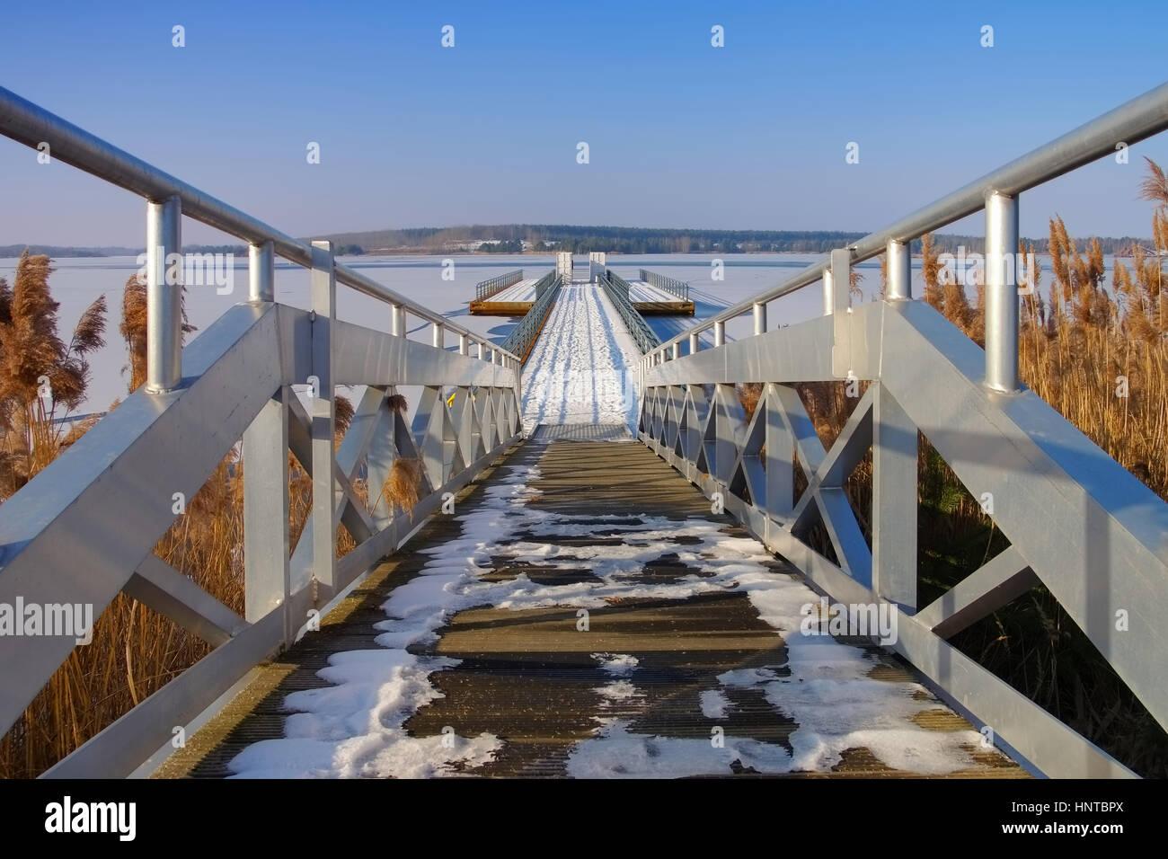 Schwimmender Steg, Lausitzer Seenland - schwimmende Brücke im Winter, Lausitzer Seenland Stockbild