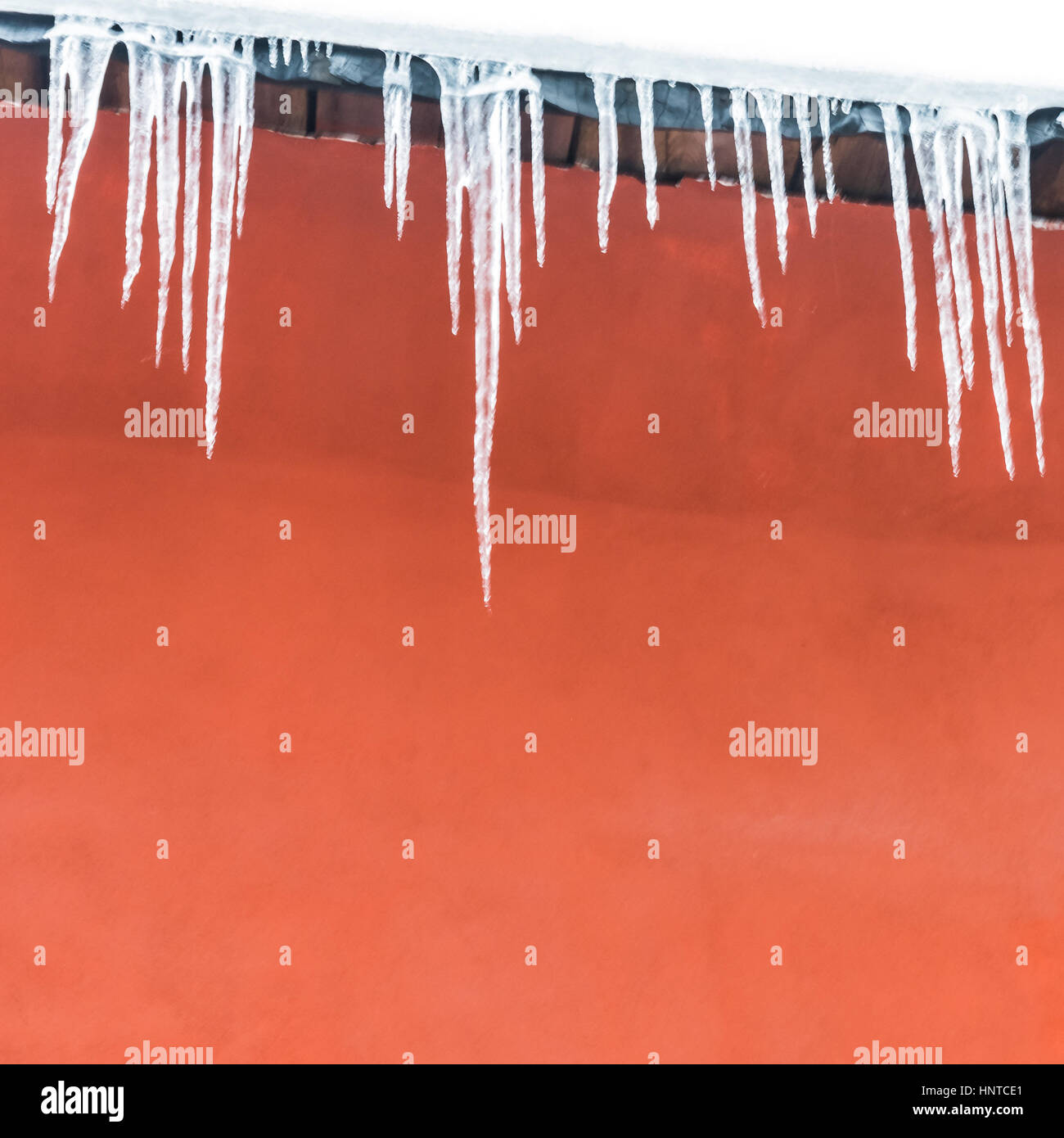 Eiszapfen auf das rote Haus, Abstrakt, Hintergrund Stockbild