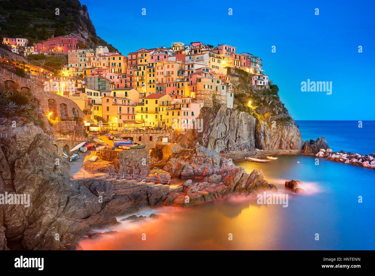 Manarola in der Abenddämmerung, Cinque Terre, Ligurien, Italien Stockbild