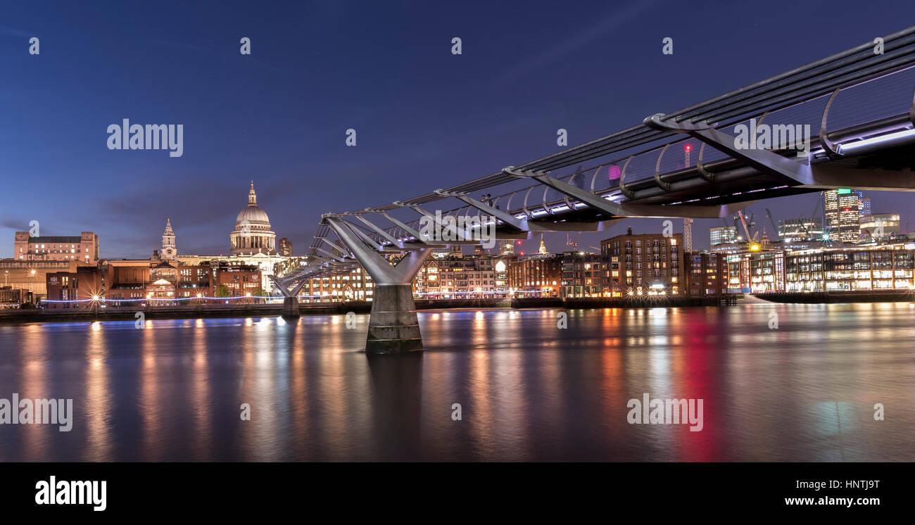 Zeit Nachtansicht der Millennium Bridge und Themse, London, UK, mit St Pauls Cathedral, leuchtet am gegenüberliegenden Stockbild