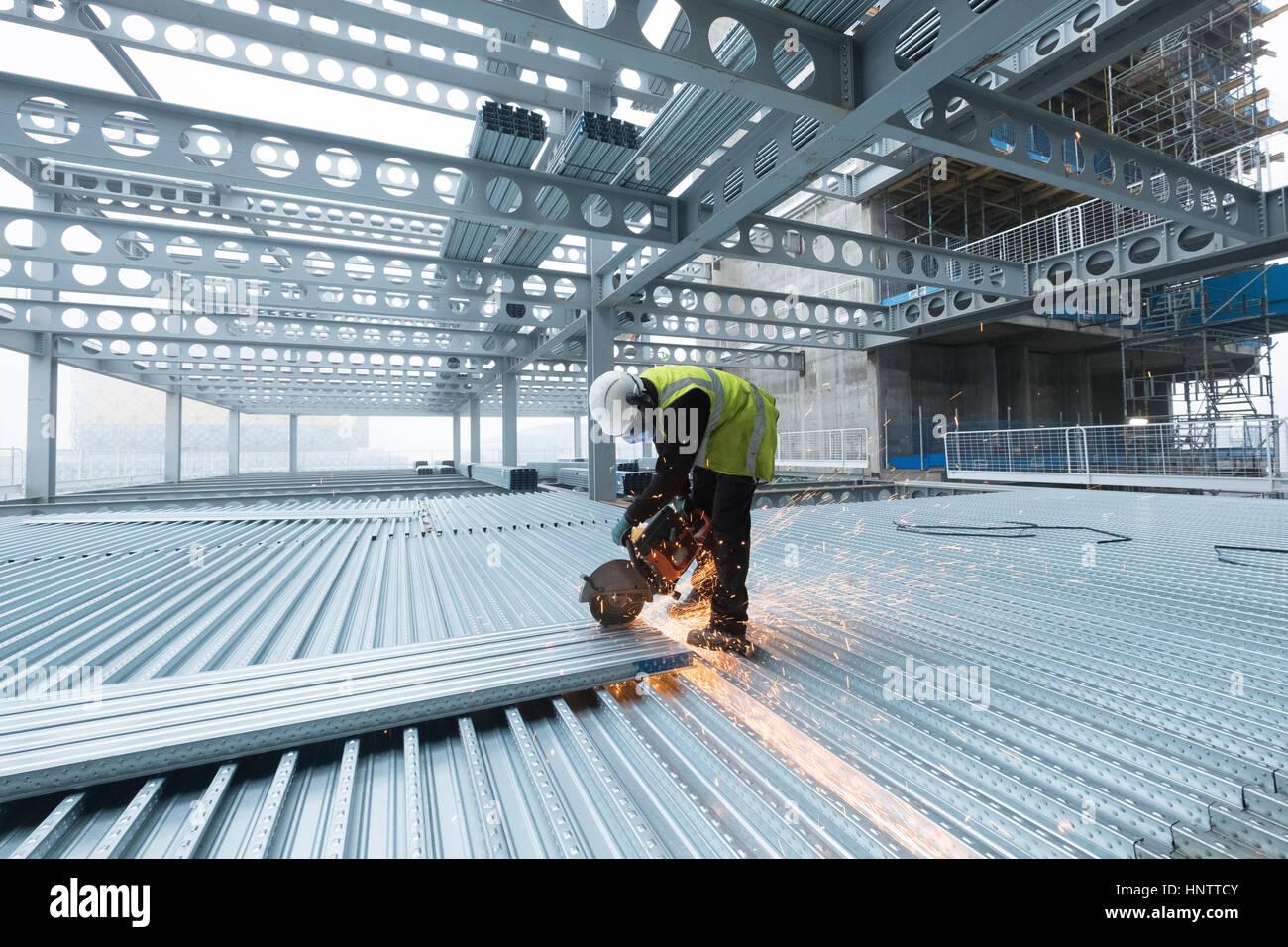Fußbodenbelag Schneiden ~ Workman schneiden stahl bodenbelag auf einer baustelle in