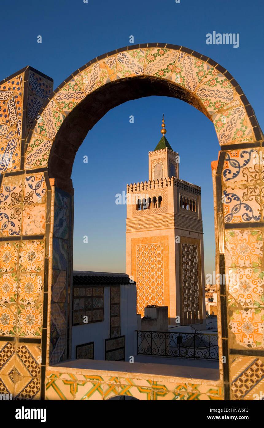 Tunesien : Stadt von Tunis. EZ- zitouna Moschee (Große Moschee) von einer Terrasse aus der Medina Stockbild