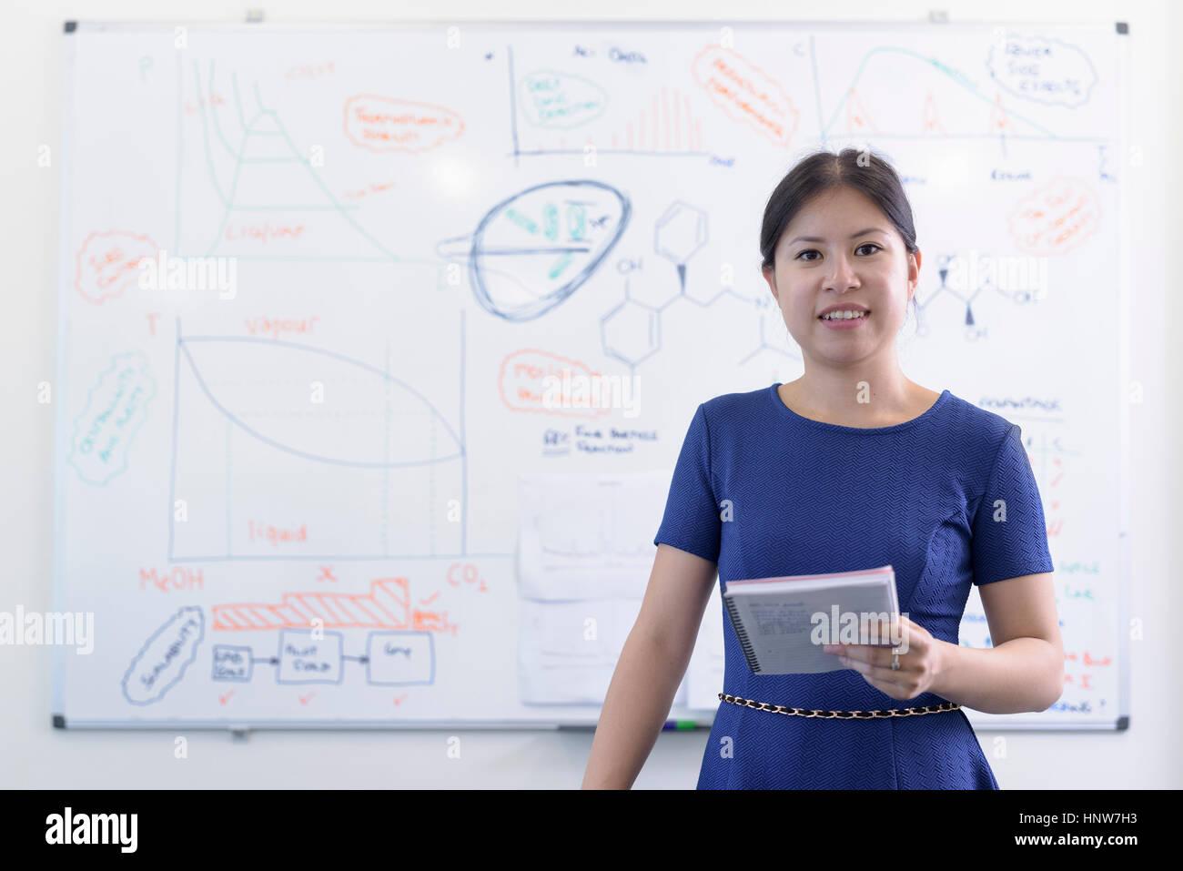 Porträt von weiblichen Lehrling Forscher im Kristall engineering Research laboratory Stockbild