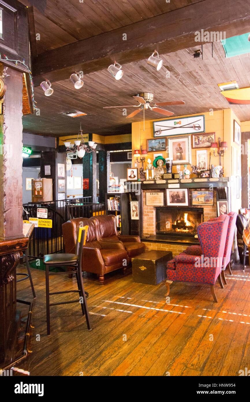 Gemütliches Wohnzimmer mit Kamin, old fashioned Stockfoto, Bild ...