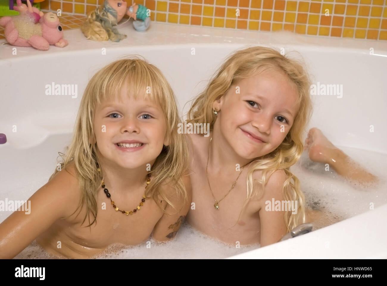 model release zwei blonde n her in der jazzten zwei blonde m dchen ein bad zu nehmen. Black Bedroom Furniture Sets. Home Design Ideas