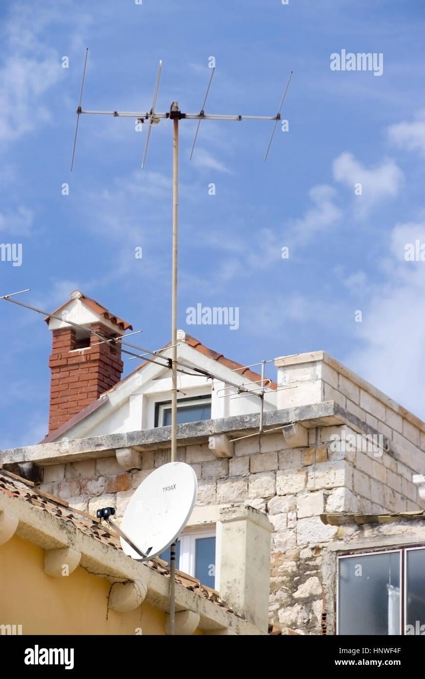 Antenne Und Satellitenschuessel am Dach - Antenne und Sat-Schüssel auf Dach Stockbild