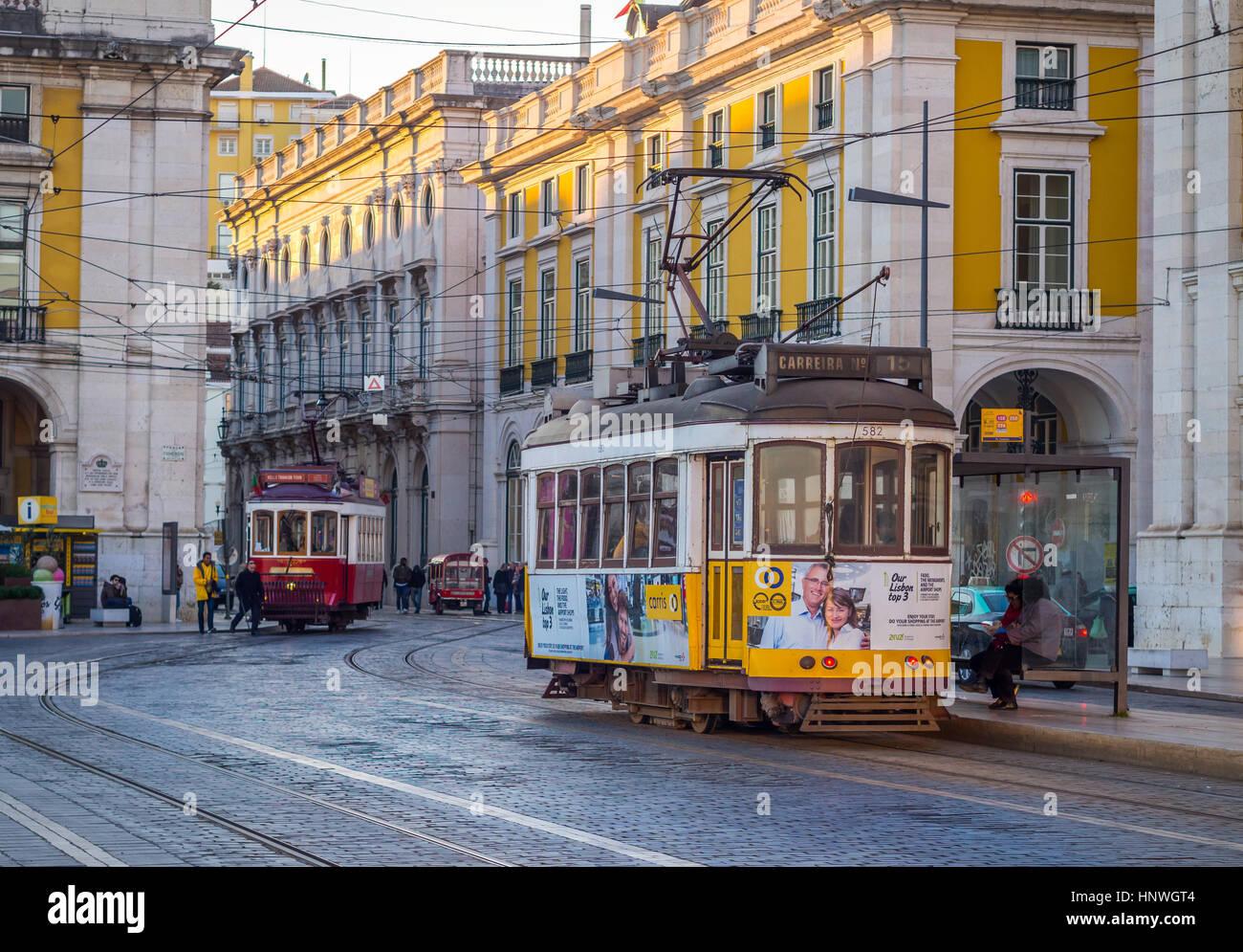 Lissabon, PORTUGAL - 10. Januar 2017: Alte Straßenbahnen auf der Praça Comercio (Commerce Square) in Lissabon, Stockbild
