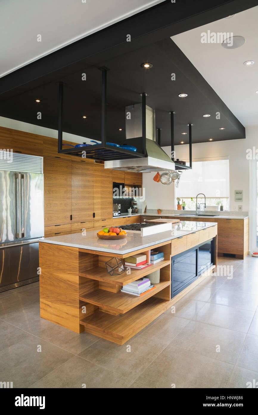 Küche mit amerikanischem Nussbaum Holz Insel, Schränke und Quarzit ...