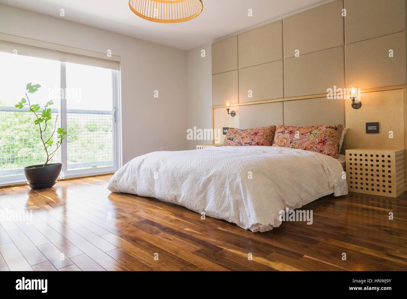 King-Size-Bett im Schlafzimmer mit amerikanischem Nussbaum Parkett ...