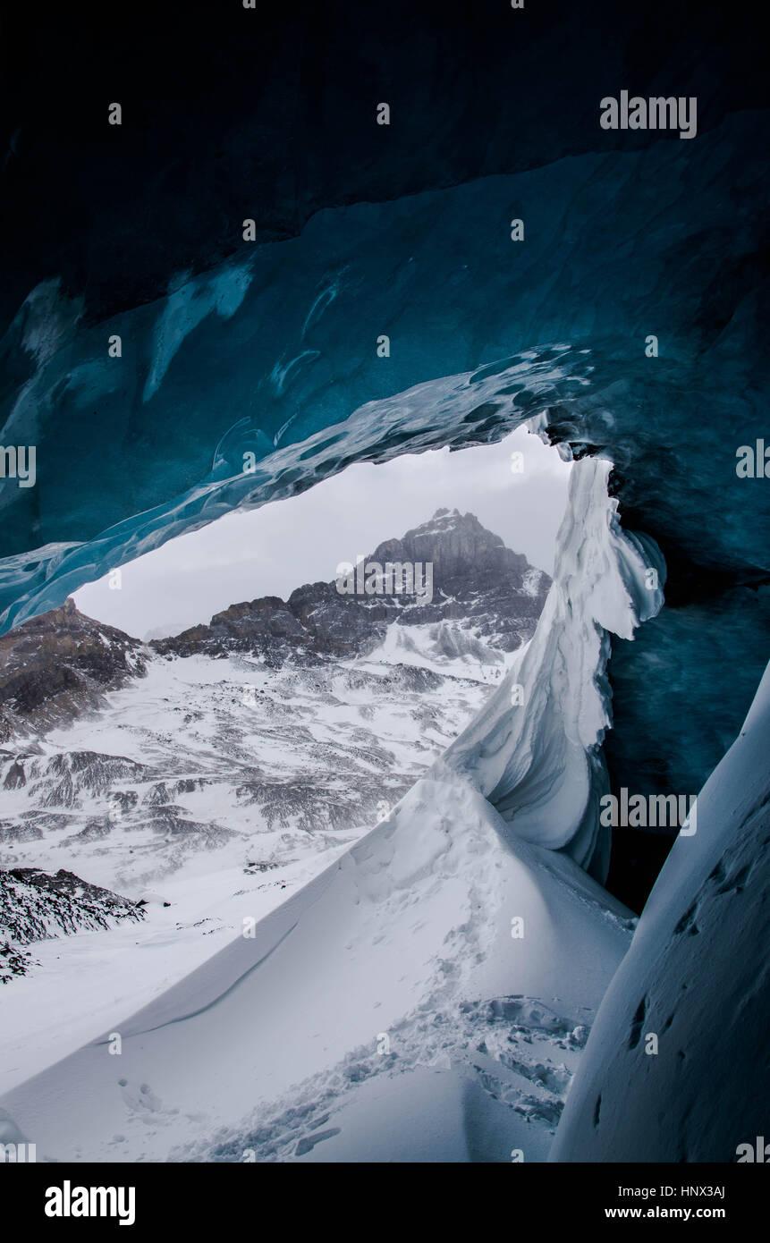 Von innen ein Gletschereis Höhle in den kanadischen Rockies Stockbild