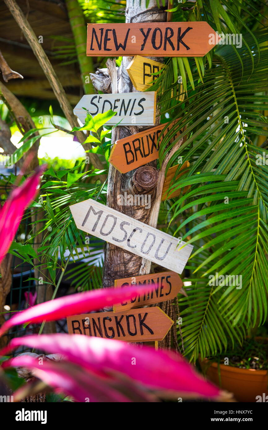 Wegweiser für Hauptstädte auf Baumstamm, Insel La Réunion Stockbild