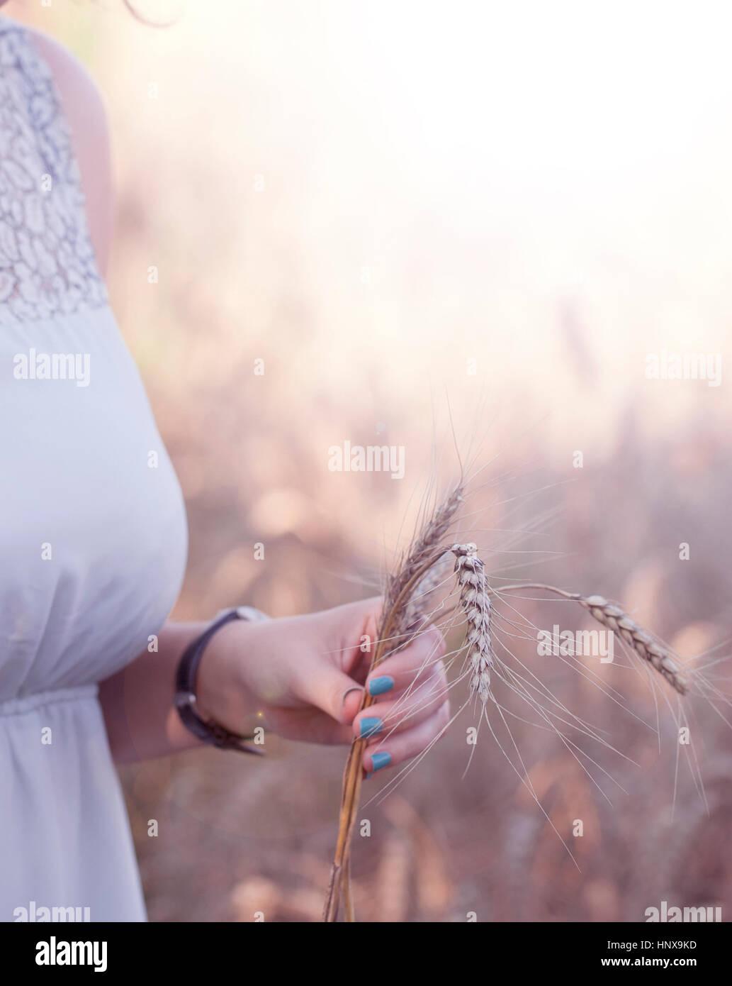 Frau mit Weizen in der hand Stockbild