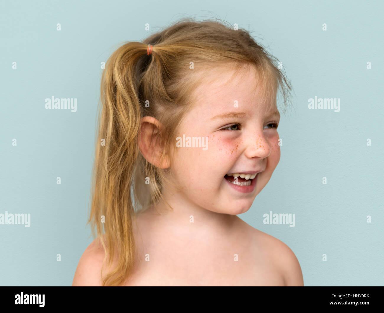 Kaukasische kleine Mädchen nackten Oberkörper lächelnd