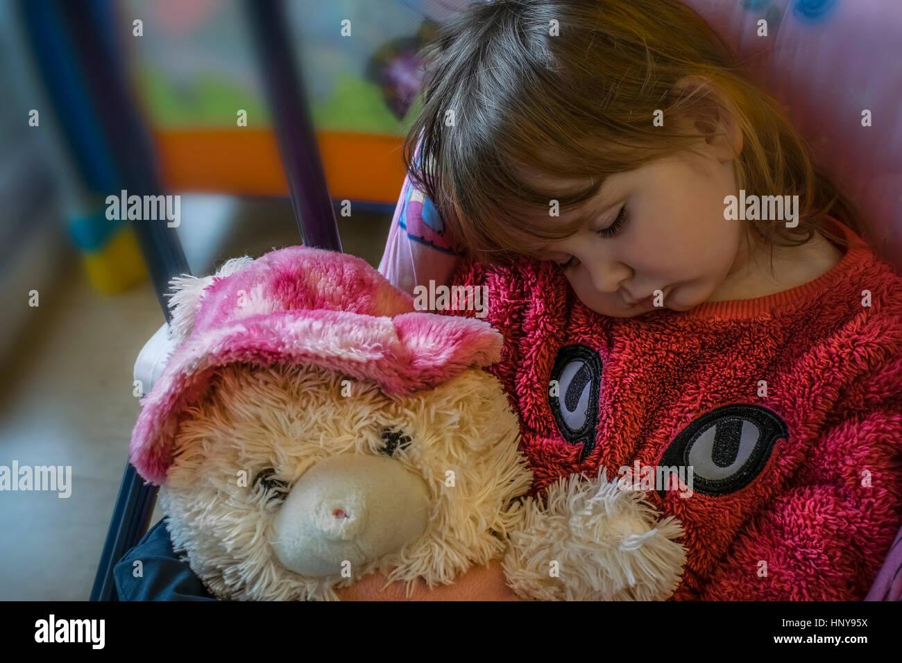 Blondes Baby Mädchen sitzen auf Babyschaukel, schlafend hielt ...