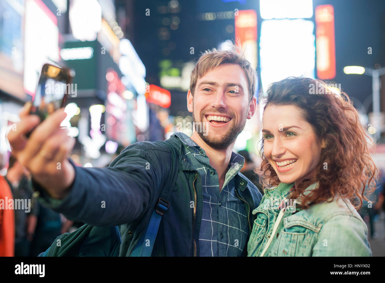 Junges Paar nehmen Selfie am Times Square, New York City, New York, USA Stockbild