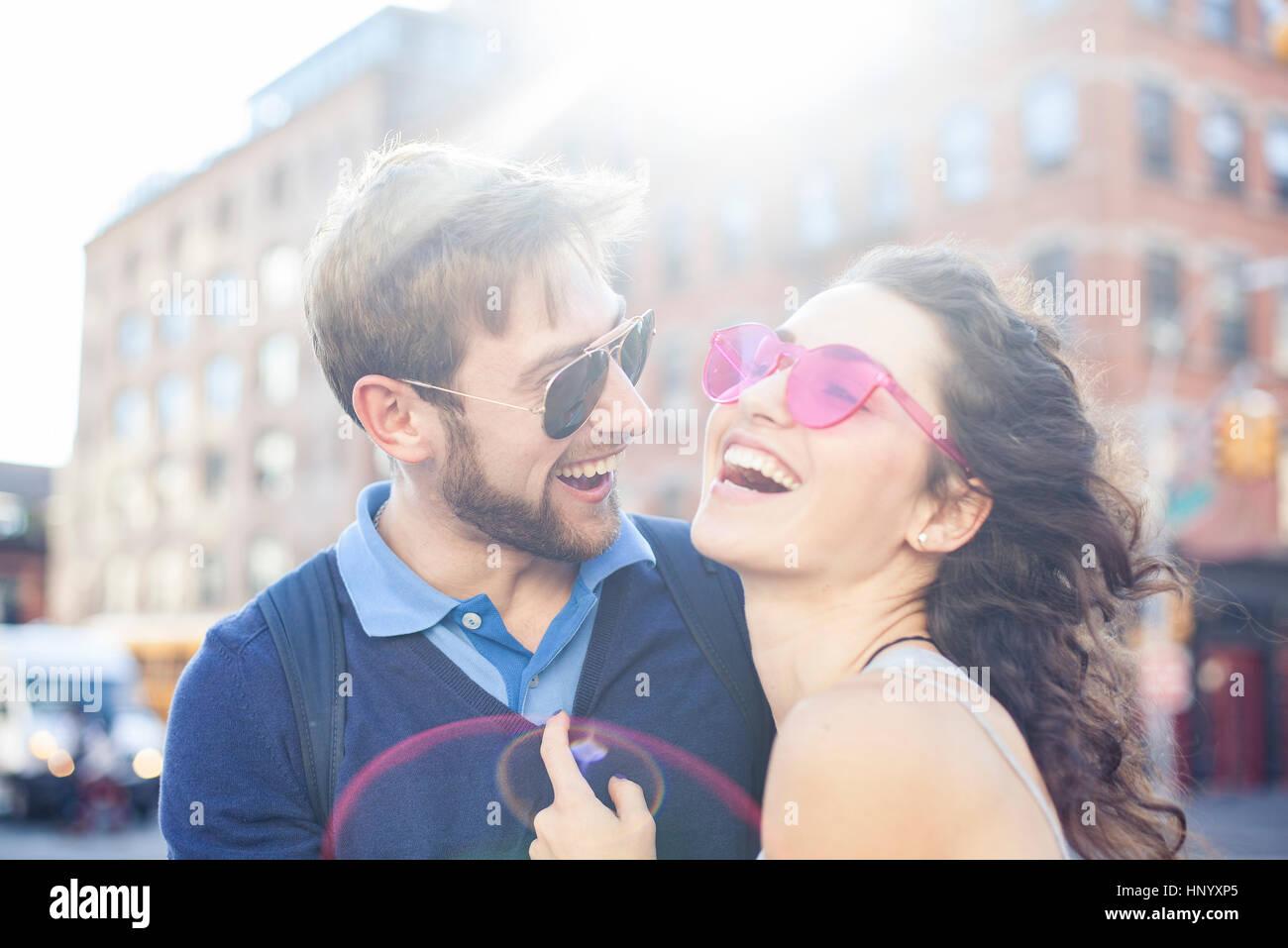 Paar lachen zusammen im freien Stockfoto