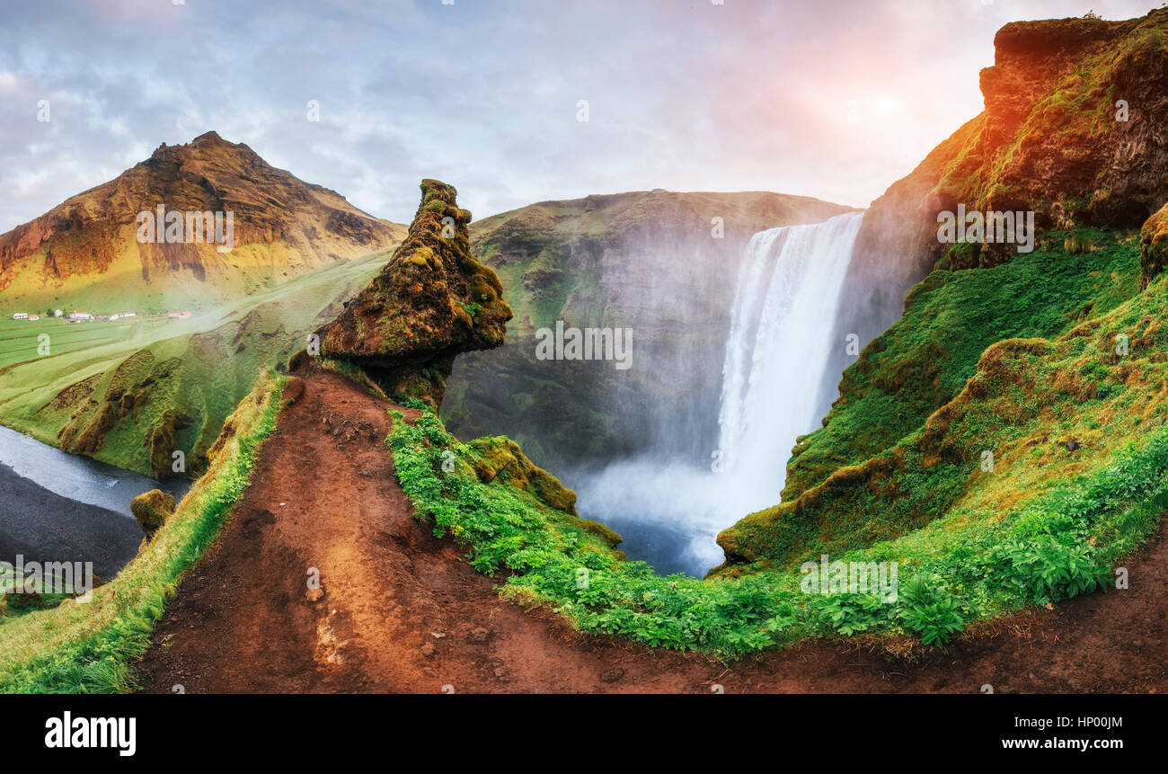 Großer Wasserfall Skogafoss im Süden von Island in der Nähe Stockbild