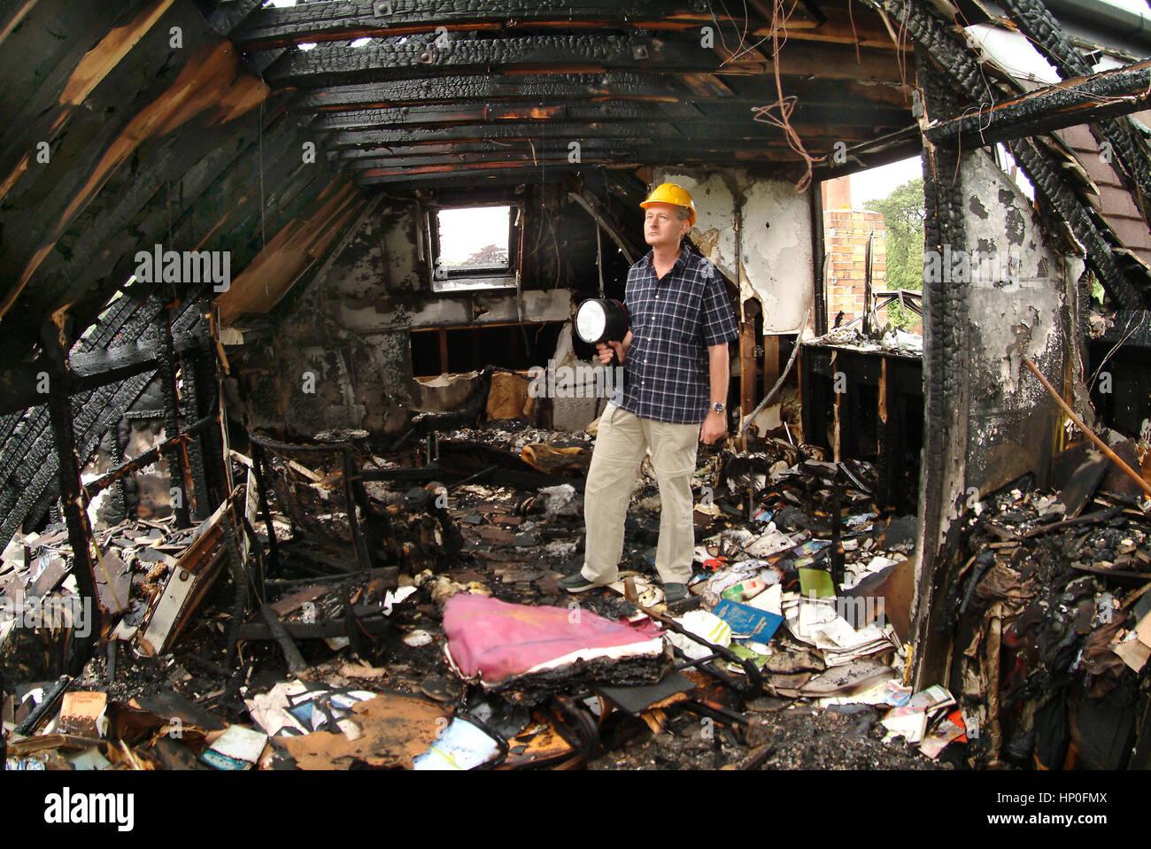 Bill Sweetnam in seinem Haus in Sneyd Park, Bristol, UK, die durch einen Brand schwer beschädigt wurde Stockfoto