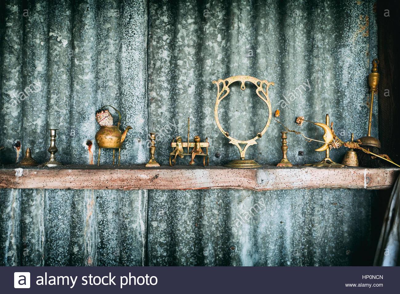 alte hütte rost wellblech messing ornamente regal stockfoto, bild