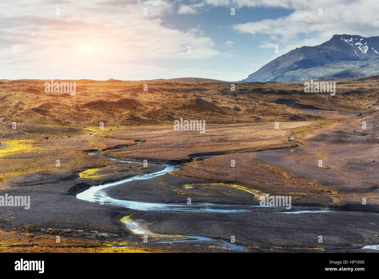 Die wunderschöne Landschaft der Berge und Flüsse in Island. Stockbild