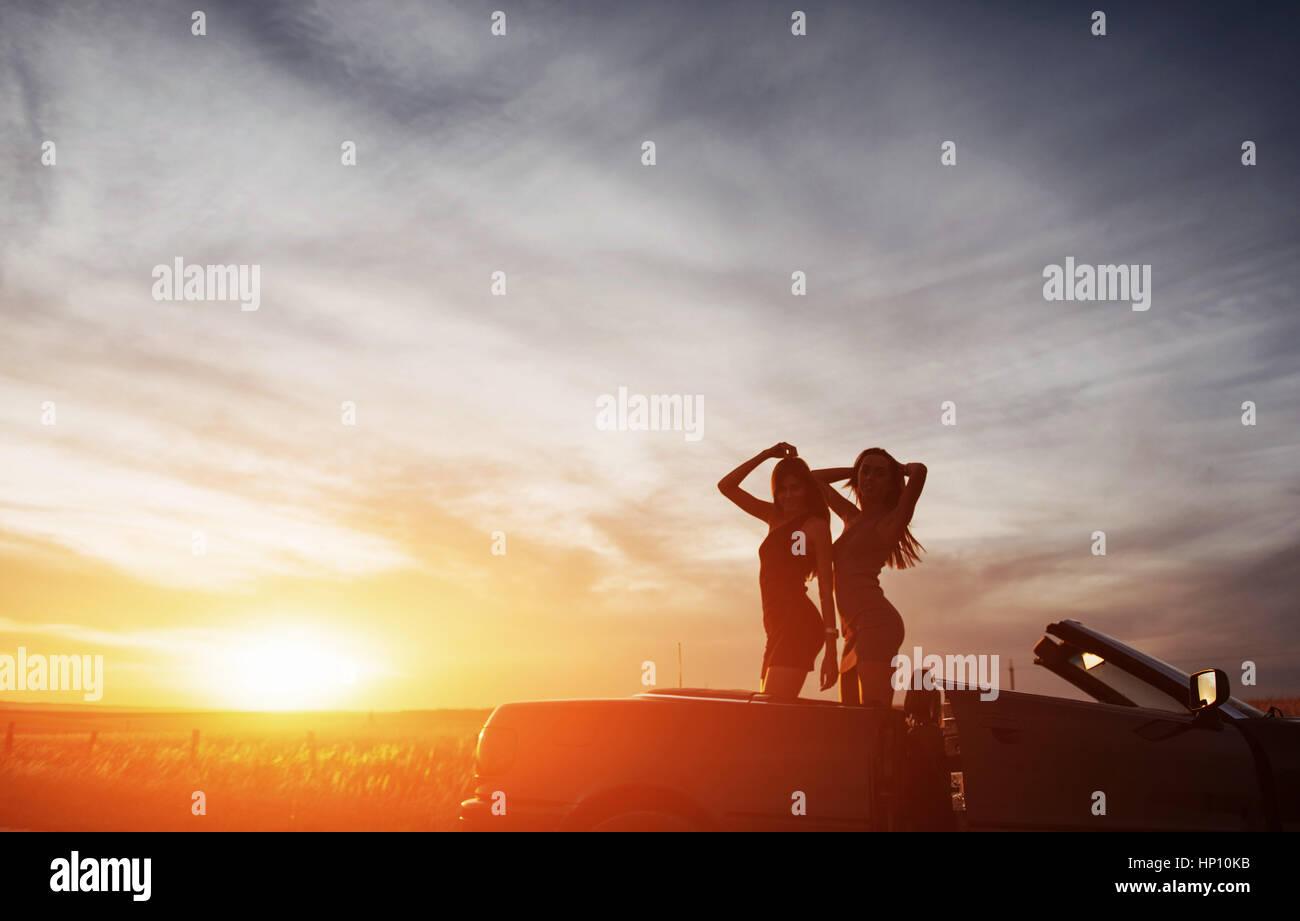 Zwei junge Frauen auf ein Foto schießen. Mädchen, die gerne posiert Stockbild