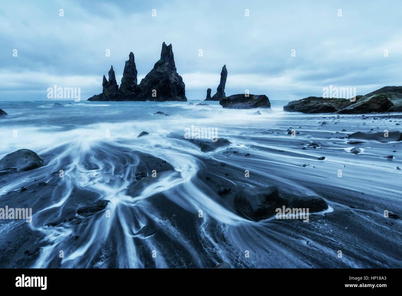 Die Rock-Troll-Zehen. Reynisdrangar Klippen. Schwarzen Sand Strand Stockbild