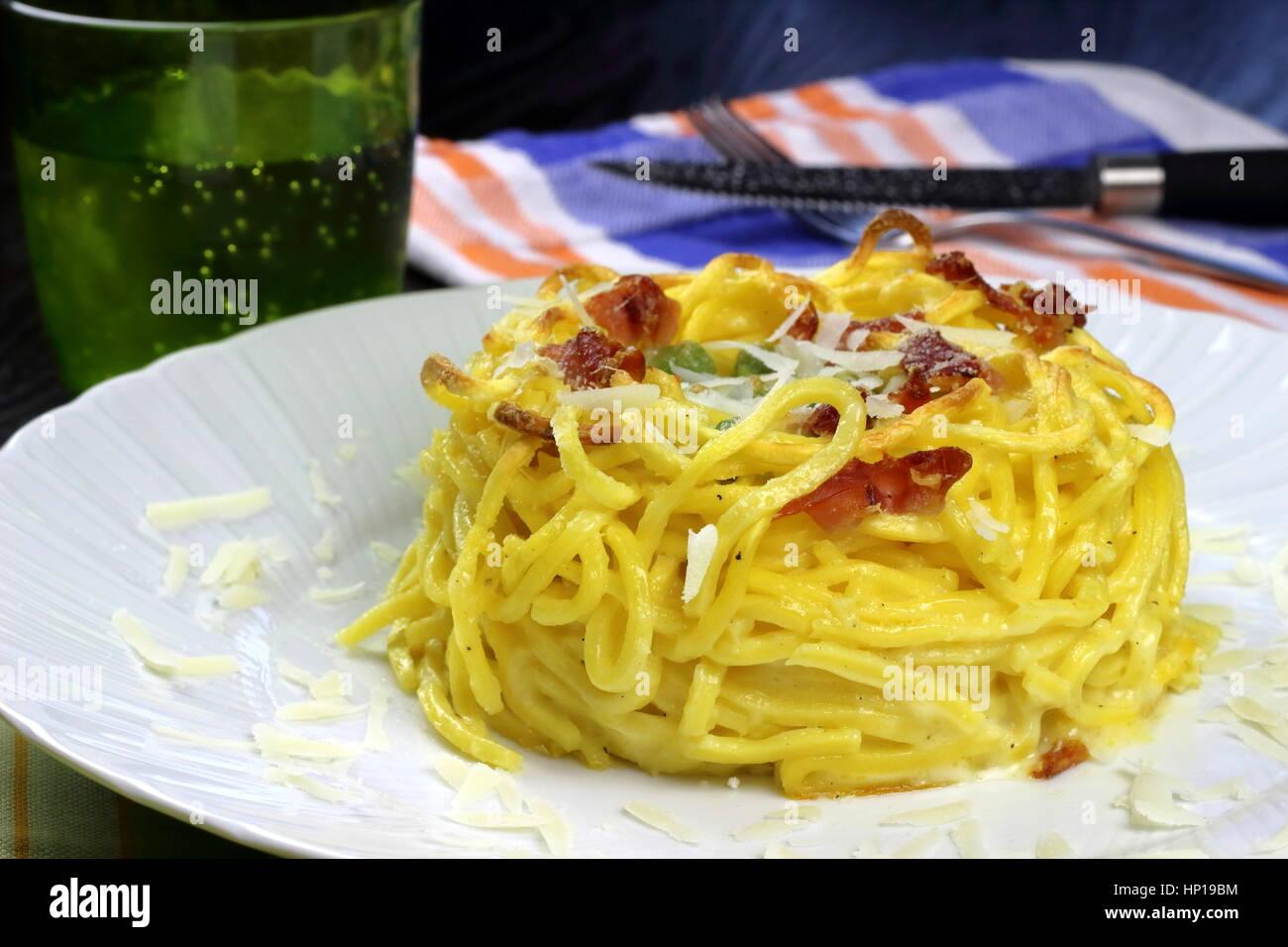 Gebackener Taleggio-Käse, Speck (auch Speck oder Kissen) und Erbsen ...