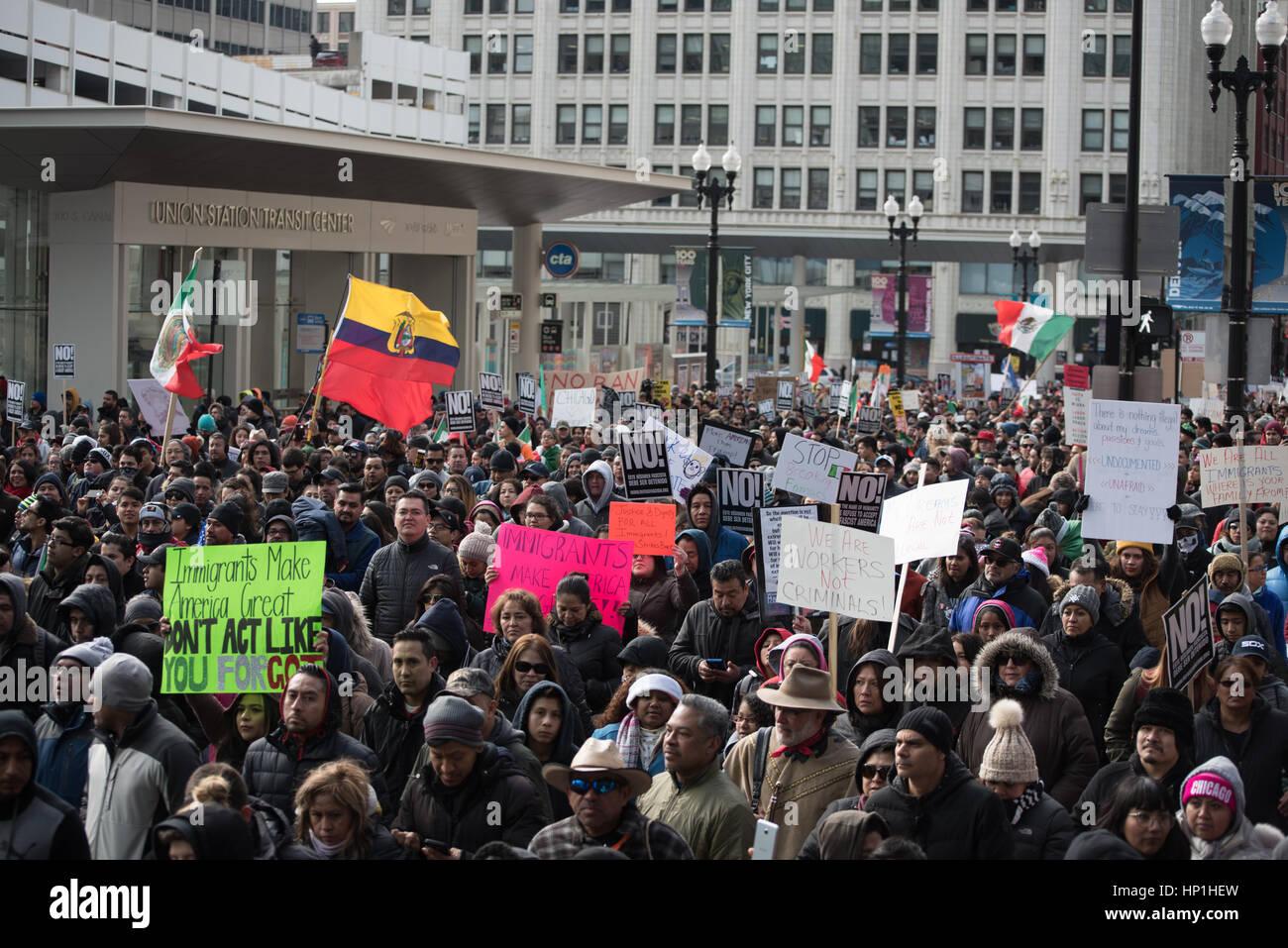 Chicago, USA. 16. Februar 2017. Demonstranten in Chicago marschierten im Rahmen eines landesweiten Protestes genannt Stockbild