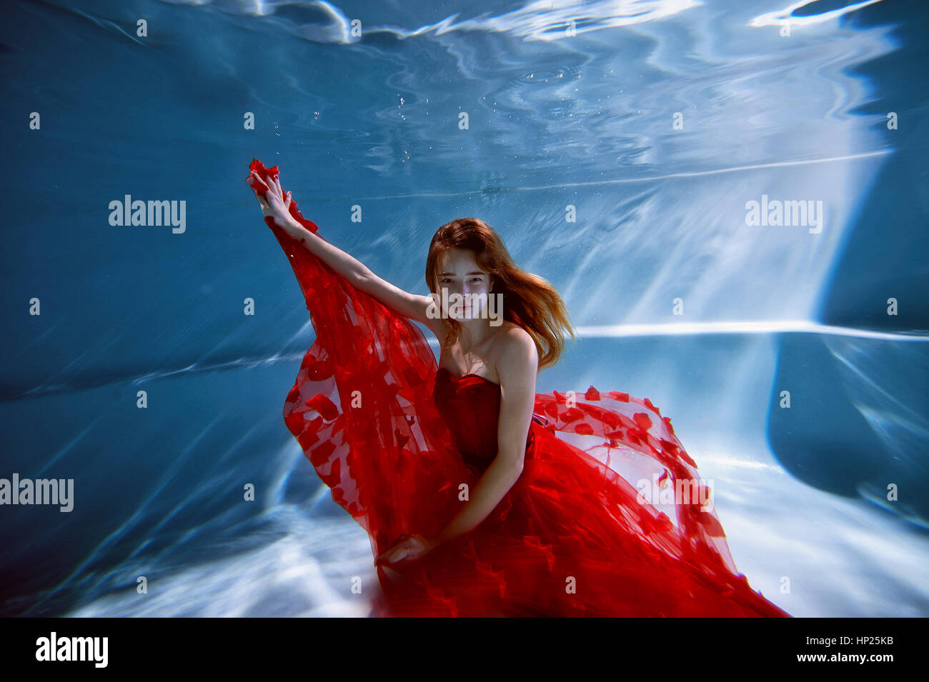 girl underwater in dress stockfotos girl underwater in dress bilder alamy. Black Bedroom Furniture Sets. Home Design Ideas