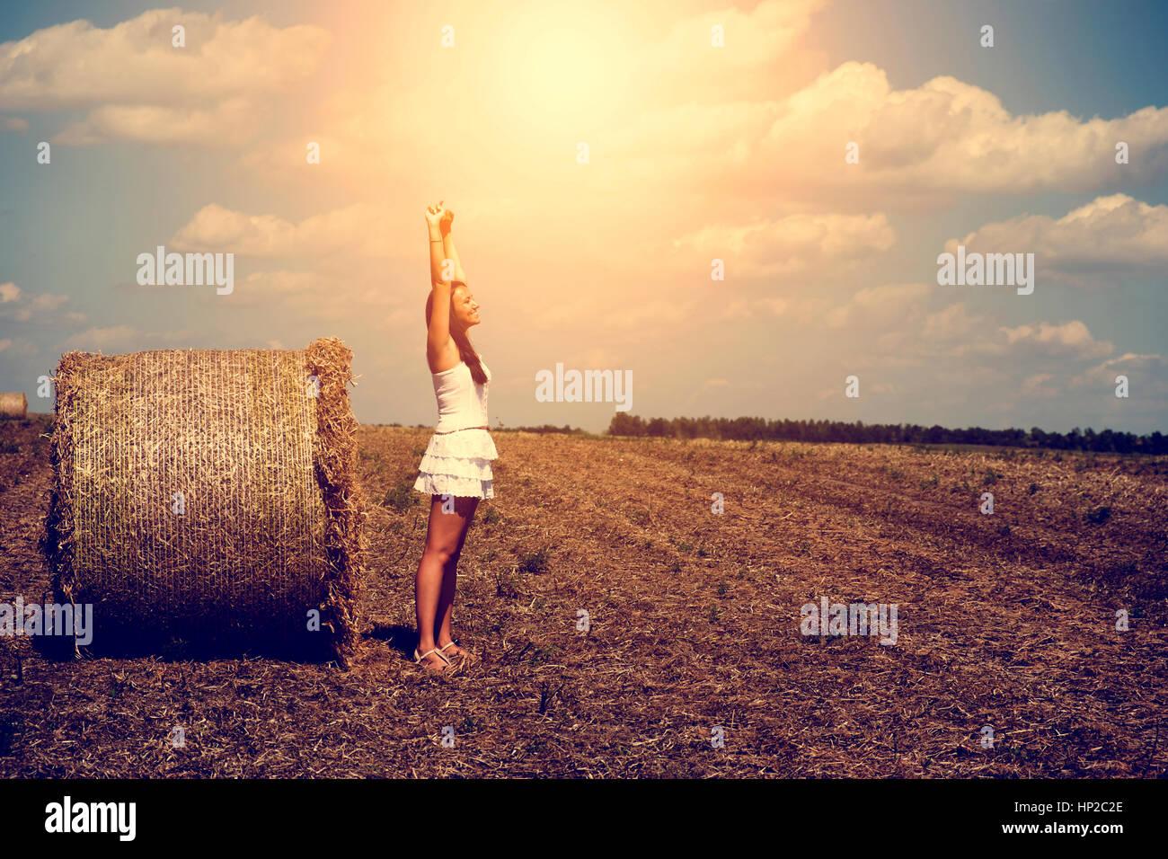 Glückliche Frau und Strohballen Stockbild