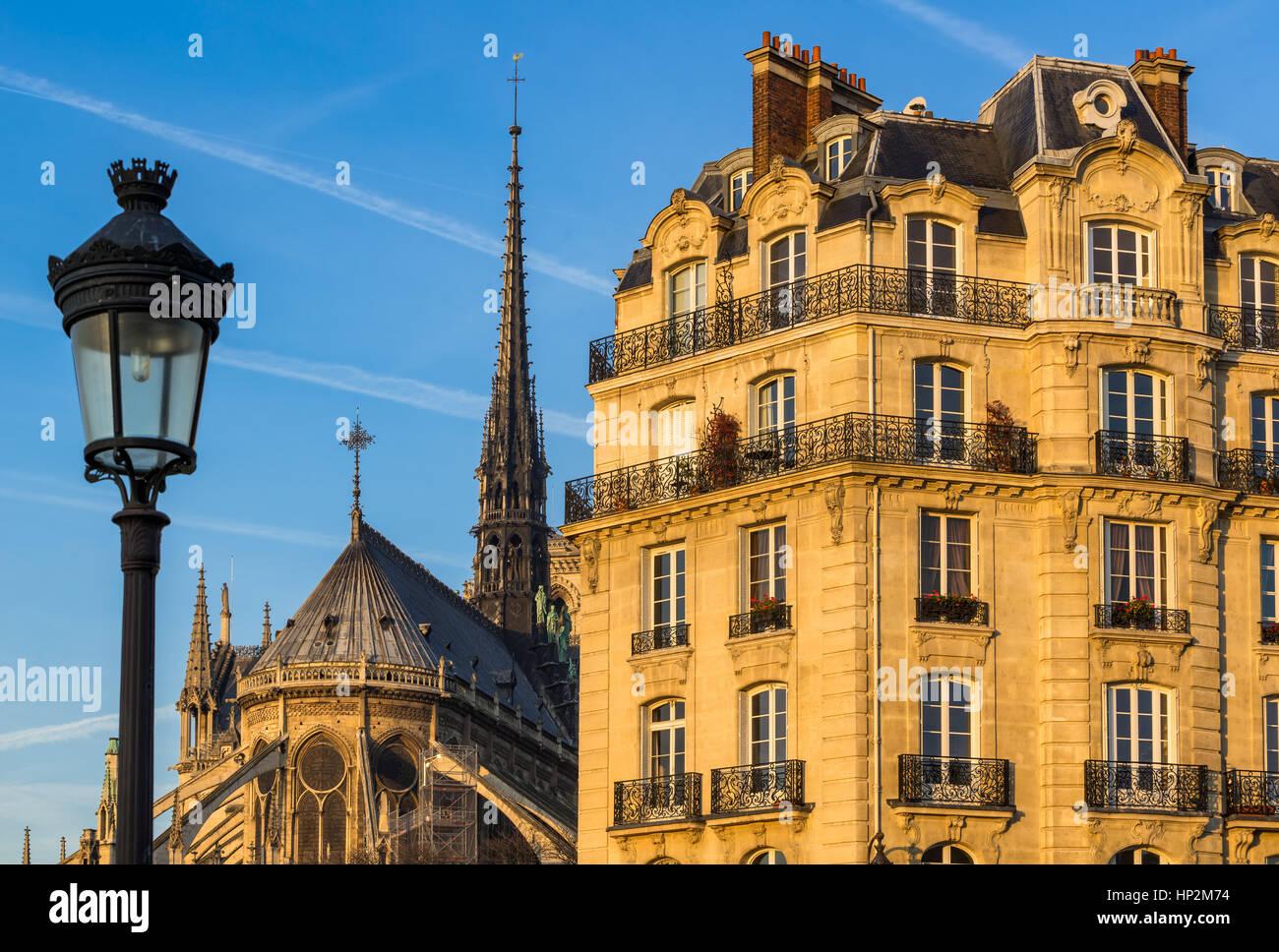Die umliegenden Gebäude Fassade auf Île De La Cité mit Notre Dame Kathedrale Spire und Straßenlaterne Stockbild