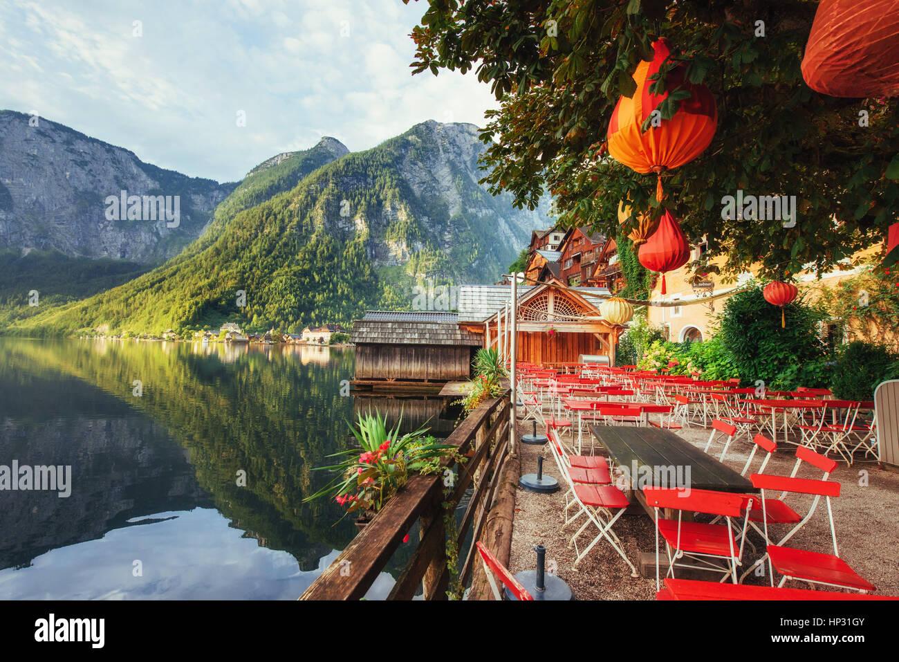Sommer-Café auf der schönen See zwischen Bergen. Alpen. Hallen Stockbild