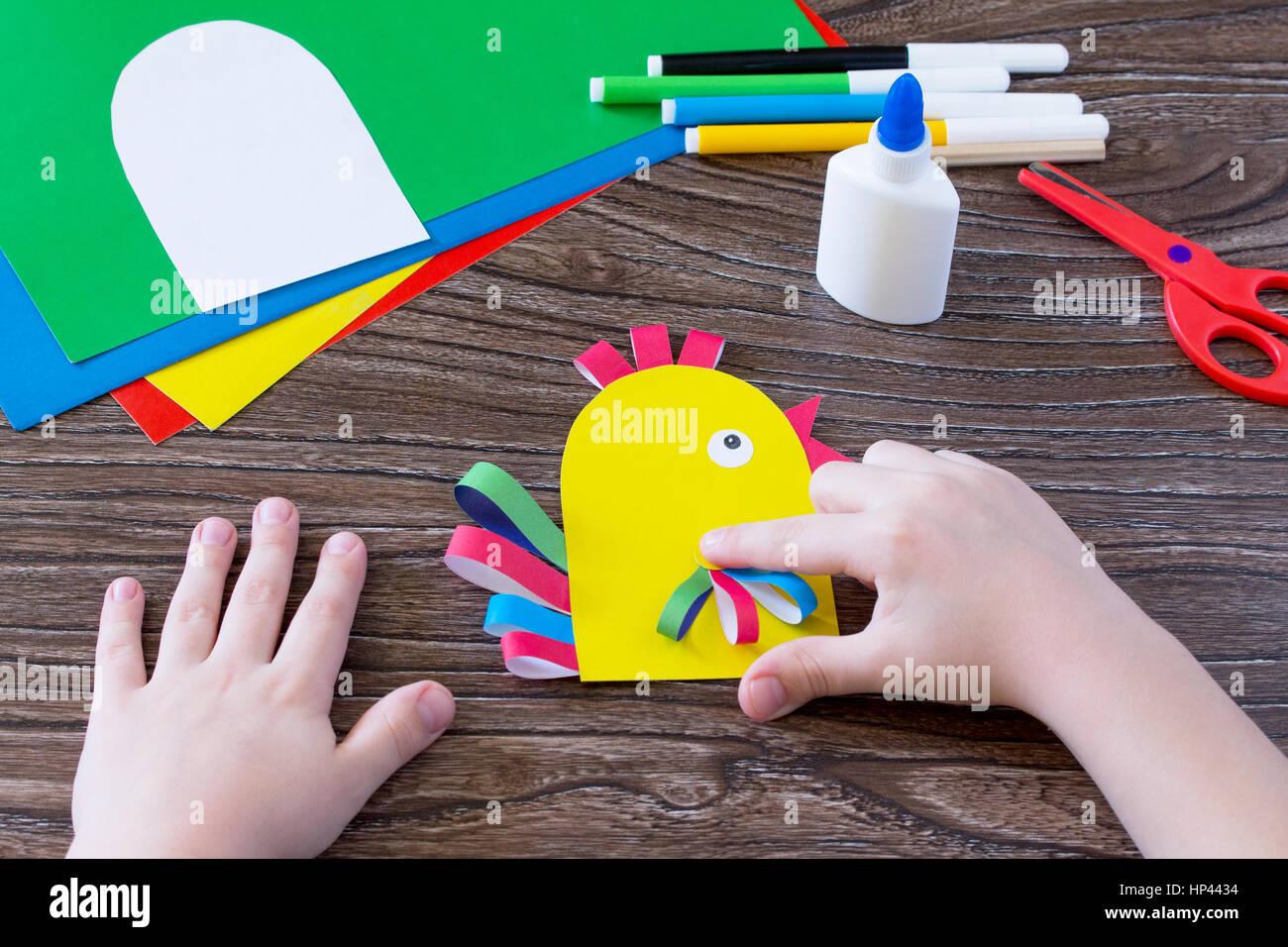 Das Kind Schneidet Die Einzelheiten Der Anwendung Grußkarte