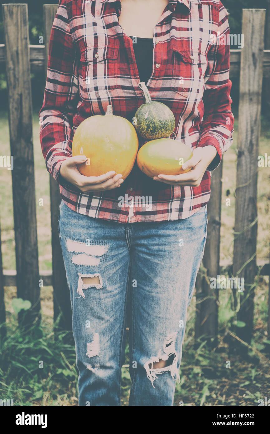 Frau mit Kürbissen im Herbst Stockbild