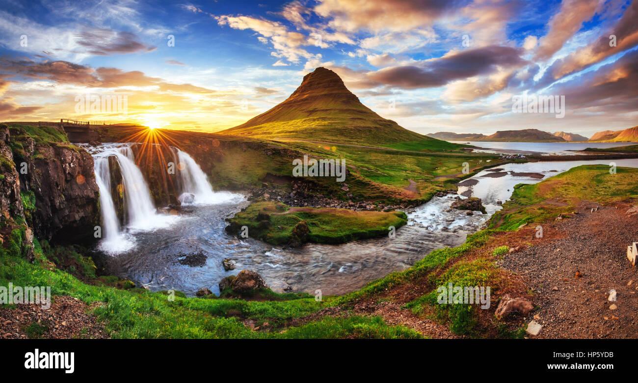 Den malerischen Sonnenuntergang über Landschaften und Wasserfälle. Kirkjufel Stockbild