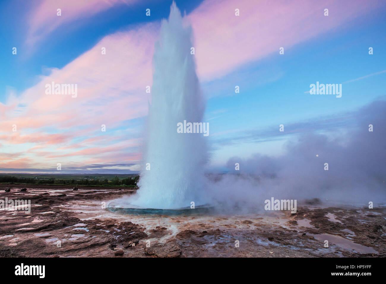 Strokkur Geysir-Ausbruch in Island. Fantastische Farben. Schöne Stockbild