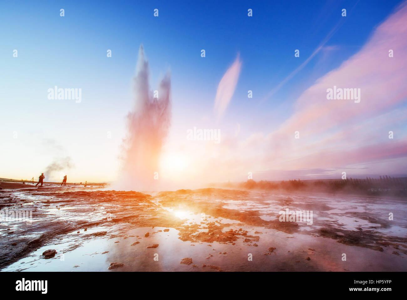 Fantastischer Sonnenuntergang Strokkur Geysir Ausbruch in Island. Stockbild
