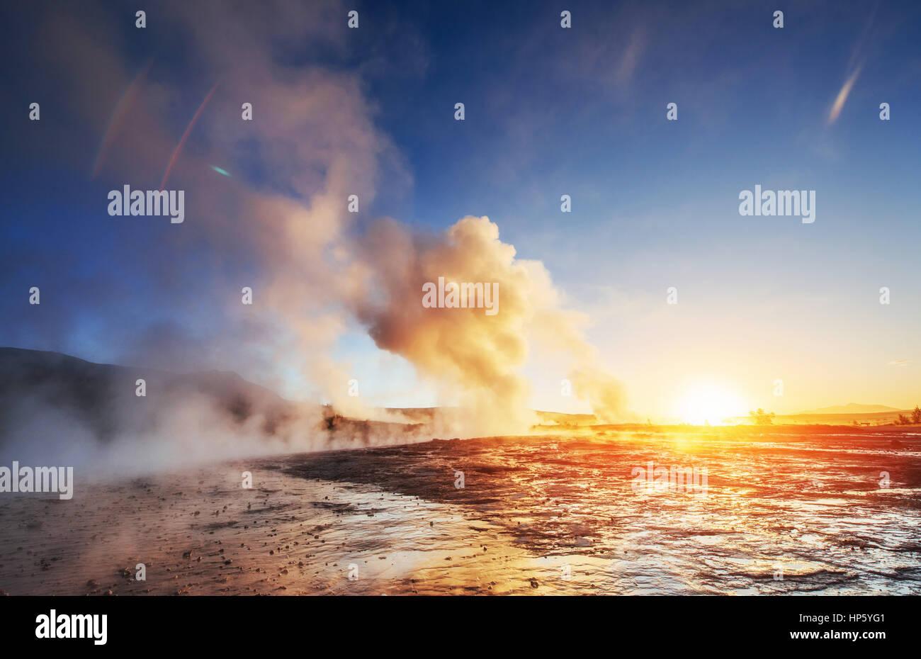 Fantastischen Sonnenuntergang Strokkur Geysir-Ausbruch in Island Stockbild
