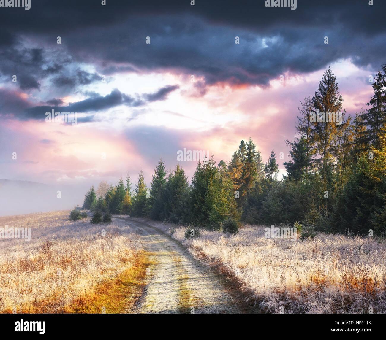 Oktober-Gebirgskette in den ersten Wintertagen. Weg zur hoarfro Stockbild