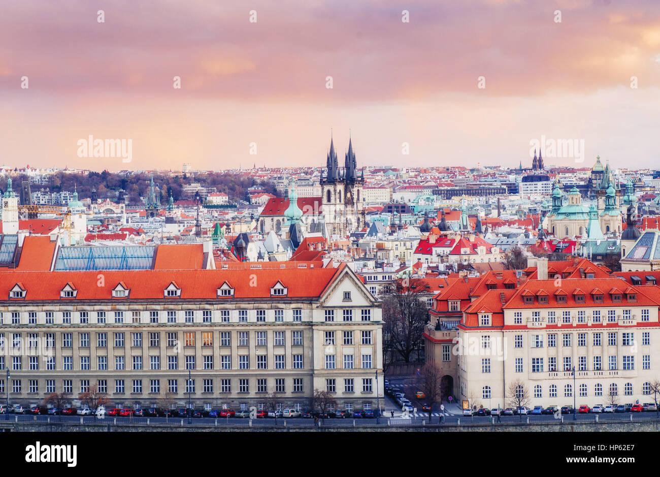 rote Dächer Tschechien. Die malerische Aussicht Stockbild