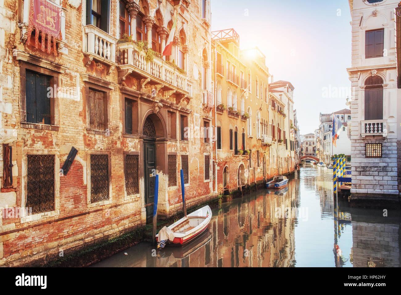 Gondeln auf Kanal in Venedig.  ist ein beliebtes Touristenziel Europas Stockbild